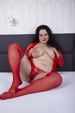 Sweety masturbates in bed with two vibrators